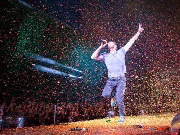 Coldplay prekvapuje klipom kpiesni Amazing Day.