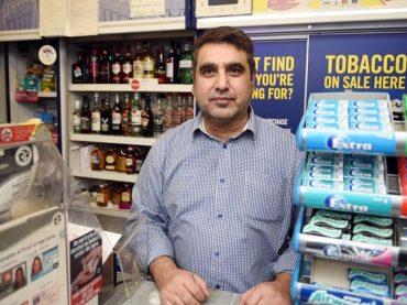 Miestny hrdina zachránil život zákazníčke – neprišla si kúpiť noviny!