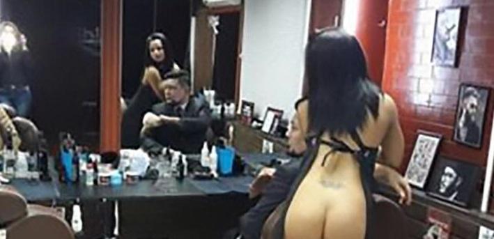 Ostrihajú ťa takmer nahé kaderníčky. Unikátny reklamný ťah holičstva Old Boy v Kazachstane!