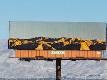 Umelkyňa tvorí billboardy s obrázkom krajiny, ktorú zakrývajú