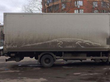 Si majiteľom nie príliš čistého auta? Tak sa inšpiruj ruským maliarom, ktorý vytvára maľby na špinavých kapotách áut.