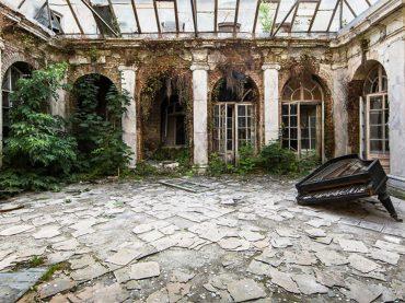 Cestuje po svete, aby zachytil úžasné okamihy, keď si príroda berie späť opustené miesta!?