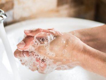 Žena si išla umyť ruky. To, čo použila, však rozhodne nebolo mydlo!