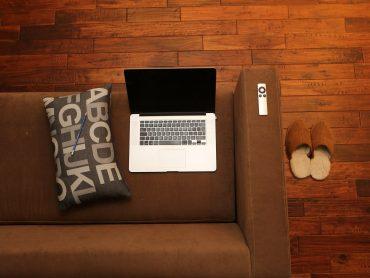 Home office – k notebooku pod pazuchu aj monitor a klávesnicu