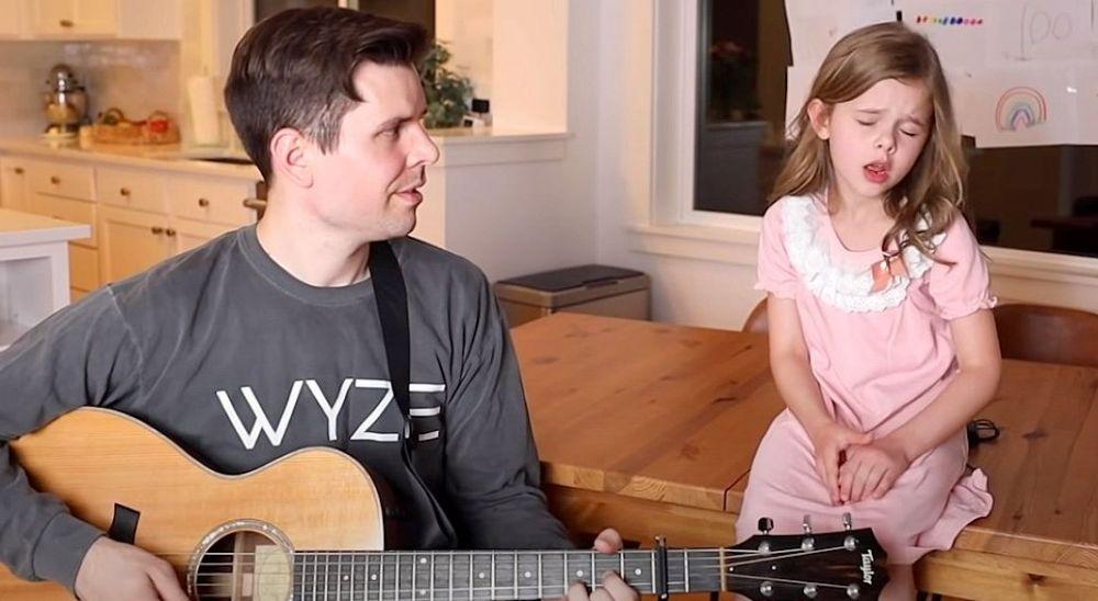 Otec so svojou malou dcérou prespievali hit Shallow: Dievčatko si ihneď získa vaše srdcia!