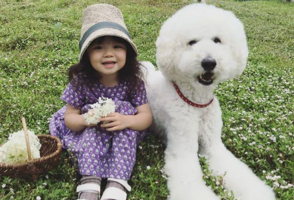 Pes, najlepší priateľ človeka: Pozrite si krásne puto medzi dievčatkom a pudlom!