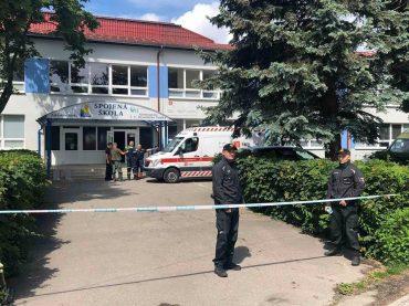 Aktualizované o vyjadrenie prezidenta PZ: Muža, ktorý vo Vrútkach napadol personál školy, polícia na mieste zastrelila!?