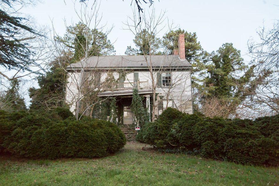 Dom so súkromným cintorínom z 19. storočia je síce opustený, no vo vnútri skrýva život plukovníka!