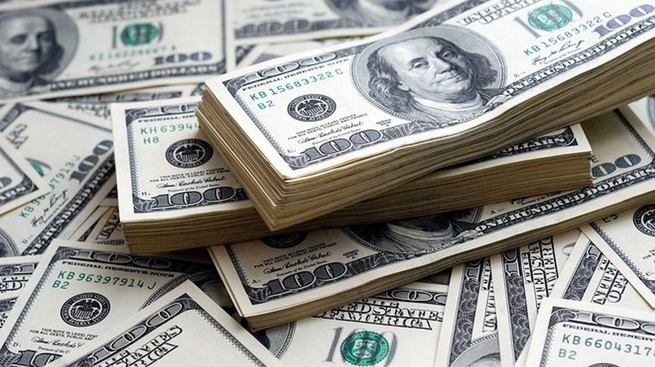 Prepadol banku a úplne nahý rozhadzoval ukradnuté peniaze na ulici!