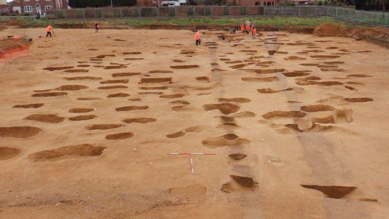 Všetko, čo ostalo po mŕtvych, sú len stopy kostí. Archeológovia v Anglicku objavili niečo prekvapivé!