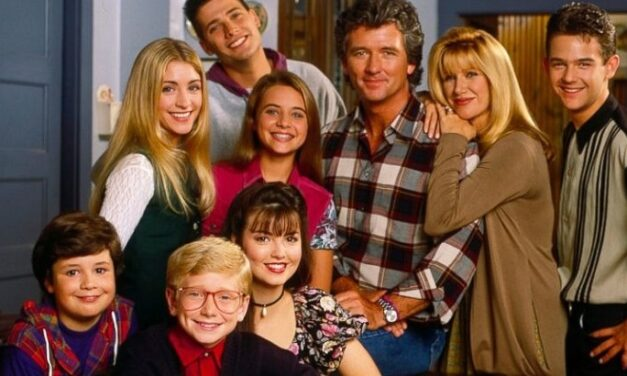 Pamätáte si ešte na legendárny komediálny seriál KROK ZA KROKOM!? Ako sa po rokoch zmenili hlavní herci!?